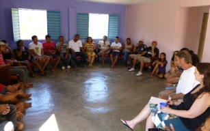 Representante de entidade alemã conversa com atuais e ex-estudantes da República do Irpaa