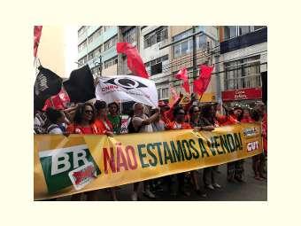 Milhares marcham pela democracia na abertura do Fórum Social Mundial