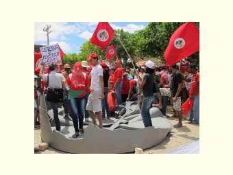 Em protesto, cisterna de plástico é destruída na sede da Codevasf, em Juazeiro (BA)