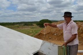 Famílias sertanejas comemoram água armazenada nas últimas chuvas