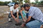 Equipe do Irpaa planta árvores nativas da caatinga durante Seminário Interno