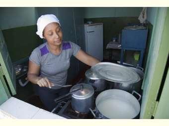 Audiência popular amplia denúncia sobre ausência de alimentos saudáveis nas cestas doadas às famílias dos/as estudantes